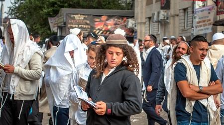 Jeune pèlerin hasid dans la foule sur la rue de la ville. Uman, Ukraine - 21 septembre 2017: vacances à Rosh Hashanah, nouvel an juif.