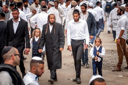 Les pères conduisent les fils par la main. Les pèlerins Hasidim. Uman, Ukraine - 21 septembre 2017: Rosh Hashanah, Nouvel An juif.