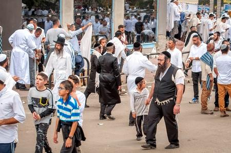 Hasids pèlerins en vêtements traditionnels. Le père conduit le fils par la main. Uman, Ukraine - 21 septembre 2017: Rosh hashanah vacances, nouvel an juif.