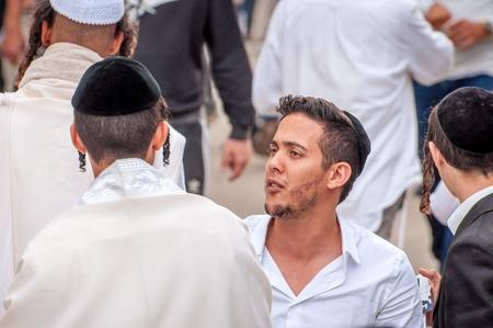 Jeunes pèlerins hasids dans la foule sur la rue de la ville. Uman, Ukraine - 21 septembre 2017: vacances à Rosh Hashanah, nouvel an juif.