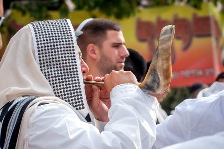 Hassid juif souffle Shofar. Uman, Ukraine - 21 septembre 2017: Rosh Hashanah, Nouvel An juif. Éditoriale
