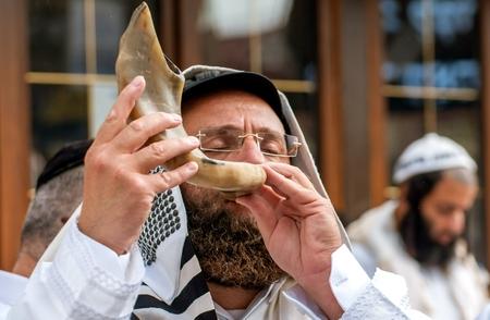 Jewish hasid blows Shofar. Uman, Ukraine - 21 September 2017: Rosh Hashanah, Jewish New Year. Éditoriale