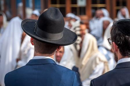 Deux hassidim adultes en chapeau de coiffe juive traditionnelle et kippa. Prière de hassidim.