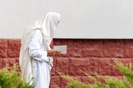 Juif hassidique orthodoxe prier dans une robe de vacances et tallith.