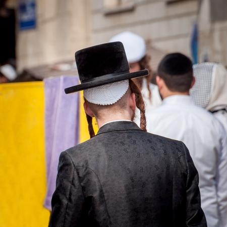 Hasid dans un chapeau traditionnel dans la rue dans une foule de pèlerins. Uman, Ukraine - 21 septembre 2017: Rosh Hashanah, Nouvel An juif.