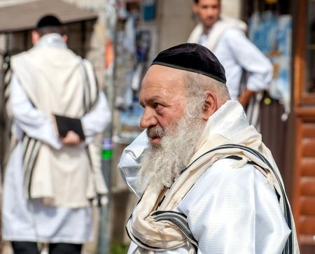 Hasids pèlerins en vêtements traditionnels. Tallith - châle de prière juif. Uman, Ukraine - 21 septembre 2017: festival de Rosh-ha-Shana, nouvel an juif.