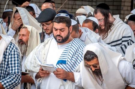 Prière de masse. Hasids pèlerins en vêtements traditionnels. Tallith - châle de prière juif. Uman, Ukraine - 21 septembre 2017: Rosh Hashanah, Nouvel An juif.