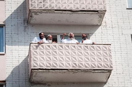 Les pèlerins de Hasidi sur le balcon du gratte-ciel s'amusent à célébrer la fête de Rosh-ha-Shana. Uman, Ukraine - 21 septembre 2017: Nouvel An juif.