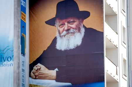 Une grande bannière sur un bâtiment à plusieurs étages. Portrait de Tsadik Nachman. Uman, Ukraine - 21 septembre 2017: Rosh Hashanah, Nouvel An juif. Éditoriale