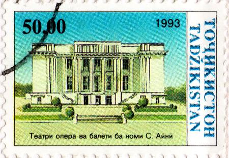 Ukraine - vers 2017: Un timbre imprimé au Tadjikistan montre le Théâtre Opéra et Ballet, série Indépendance, vers 1993