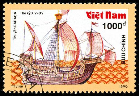 Ukraine - vers 2018: Un timbre-poste imprimé au Vietnam montre un navire du XIVe au XVe siècle. Carrack. Série: Bateaux anciens. Circa 1990. Éditoriale