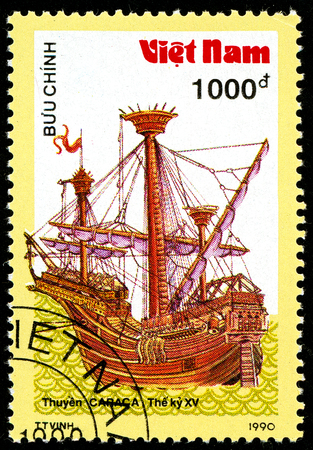 Ukraine - vers 2018: Un timbre imprimé au Vietnam montre un navire du 15ème siècle Carrack. Série: Bateaux anciens. Circa 1990.