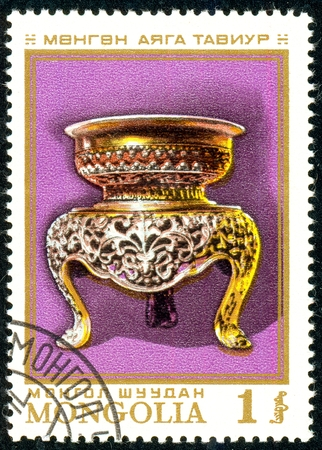 Ukraine - circa 2018: A postage stamp printed in Mongolia show Silver bowl. Circa 1974. Éditoriale