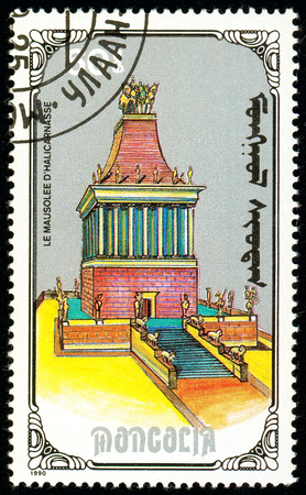 Ukraine - circa 2018: A postage stamp printed in Mongolia show Mausoleum of Hallcarnassus. Series: 7 Wonders of the Ancient World. Circa 1990. Éditoriale