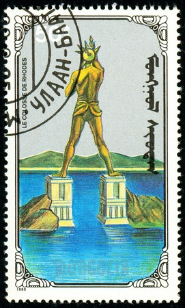 Ukraine - circa 2018: A postage stamp printed in Mongolia show Colossus of Rhodes. Series: 7 Wonders of the Ancient World. Circa 1990. 新闻类图片