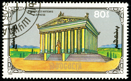 Ukraine - circa 2018: A postage stamp printed in Mongolia show Temple of Artemis. Series: 7 Wonders of the Ancient World. Circa 1990. Banque d'images - 94167923