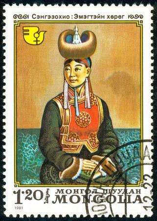 Ucrânia - por volta de 2018: Um selo imprimido na Mongólia mostra a mãe expectante. Pintura de Artista Sengniesohio. Série: Década Internacional das Mulheres. Por volta de 1981.