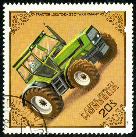Ukraine - circa 2018: A postage stamp printed in Mongolia show Tractor Deutz-DX-230, Germany, Series: Tractors. Circa 1982 Éditoriale