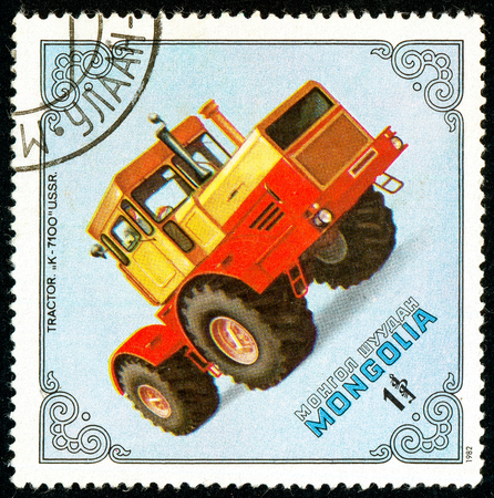Ukraine - circa 2018: A postage stamp printed in Mongolia show Tractor K-7100, USSR. Series: Tractors. Circa 1982 Éditoriale