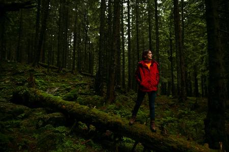 Mujer de senderismo. Caminata en las montañas. Viajero mujer con mochila en el hermoso paisaje. Turista de mujer joven caminando por el sendero en la selva tropical. Foto de archivo