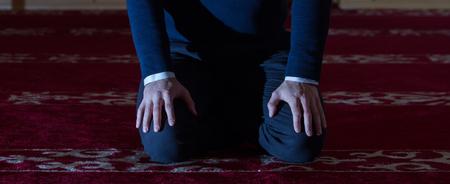 hombre orando: Man praying