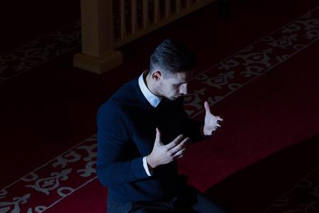 hombre orando: Muslim man praying
