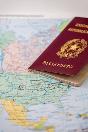 composition vertical: Una foto primo piano di un passaporto italiano. Mappa sfondo, la composizione verticale Archivio Fotografico