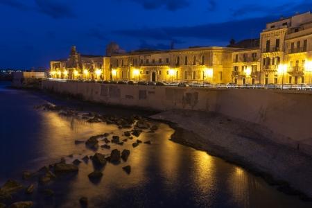 sycylijski: Waterfront Street i stare budynki na wyspie Ortygia, historyczna część miasta Syrakuzy Sycylii