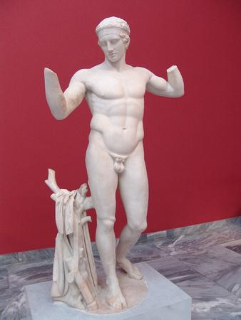statue grecque: statue grecque antique dans l'acropole de Corinthe