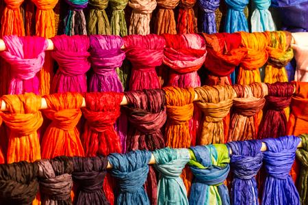 sciarpe: Sciarpe di seta colorati in mostra