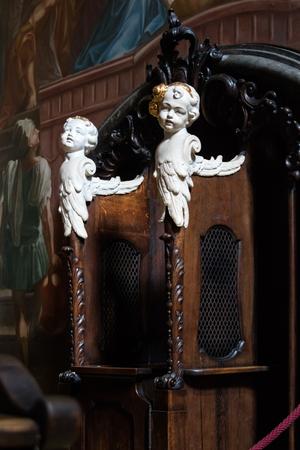 baby angel: Coppia di sculture in avorio angelo o marmo adorabile bambino su confessionale in legno in chiesa santuario Archivio Fotografico