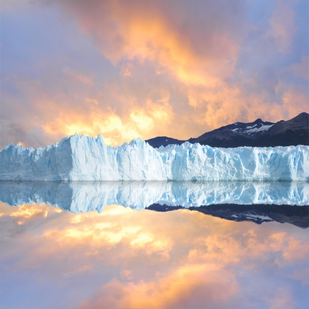 빙하 페리 토 모레노 빙하 위에 석양의 하늘 스톡 콘텐츠