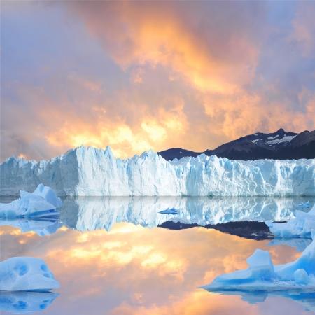 氷河ペリトモレノ Moreno 上記の夕焼け空 写真素材