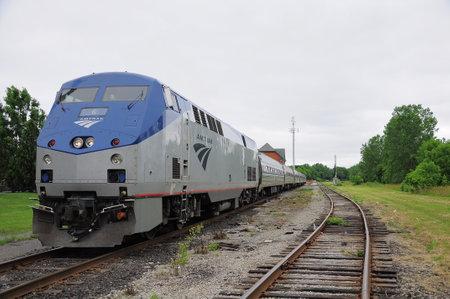 旅客列車トロント - ニューヨークは 2011 年 6 月 29 日にナイアガラの滝、カナダでナイアガラの滝の駅に立っています。 報道画像