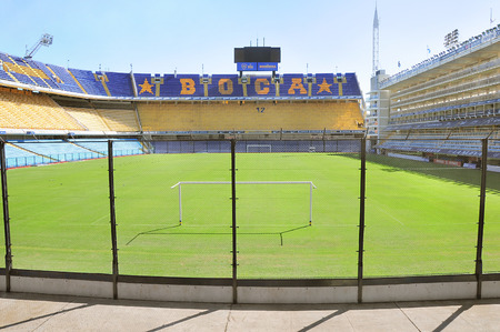 Fans tribune allo stadio Bombonera il 12 aprile 2013 a Buenos Aires, Argentina stadio La Bombonera è lo stadio di casa per il Boca Juniors squadra di calcio Archivio Fotografico - 28051756