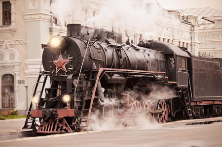 복고풍 증기 기관차는 기차역에 선다.