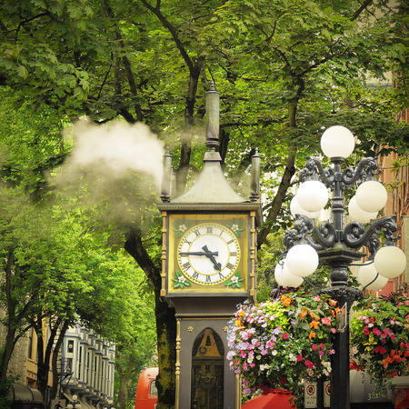 バンクーバーの中心部の歴史的な蒸気時計