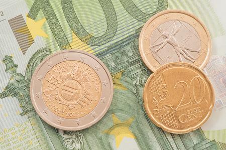 one hundred euro banknote: Monedas de euro en cien euros billete de fondo. Foto de archivo