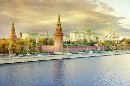 日没で、ロシアのモスクワ クレムリンの紅葉。 写真素材