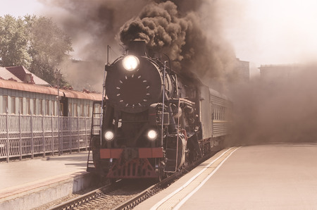 Vintage image of the departure of the retro steam train. 免版税图像
