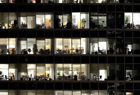 사람들은 모스크바 도시 지구에서 사무실 건물에서 작동합니다.