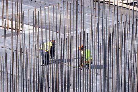 작업을 시작하기 전에 두 명의 건축업자가 공사를 확인합니다. 스톡 콘텐츠