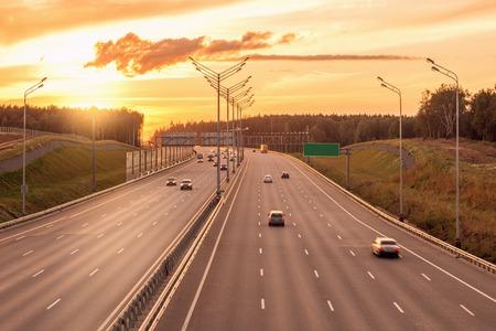 일몰 시간에 새로운 고속도로의 전망입니다.
