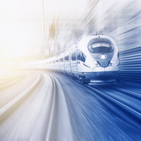 Moderno treno ad alta velocità si muove veloce al momento del tramonto. Archivio Fotografico - 46750413