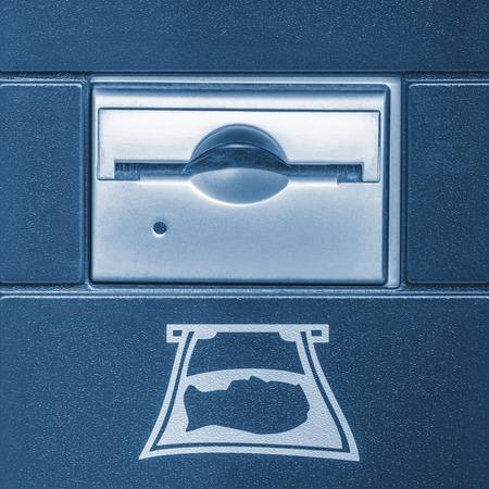 automatic transaction machine: Parte del aceptador de efectivo de las bebidas frescas de pie. Foto de archivo