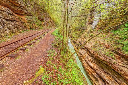 pluviometro: Ferrocarril de vía estrecha. Desfiladero Guama. Cáucaso. Rusia. Foto de archivo