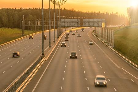 Uitzicht op de nieuwe snelweg bij zonsondergang tijd. Stockfoto