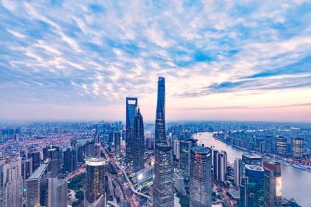 日没時に上海市内中心部の空撮。中国。