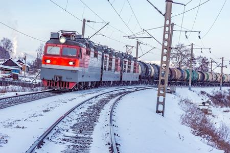 貨物列車は、バイカル湖に沿って移動します。シベリア横断鉄道。ロシア。