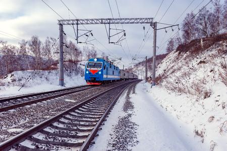 旅客列車は、バイカル湖に沿って移動します。シベリア横断鉄道。ロシア。